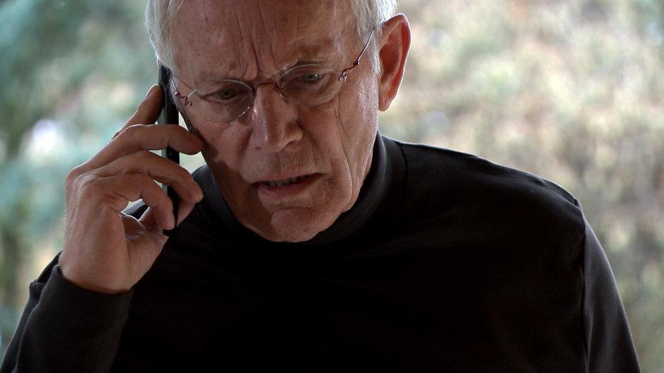 Lance Henriksen am Telefon